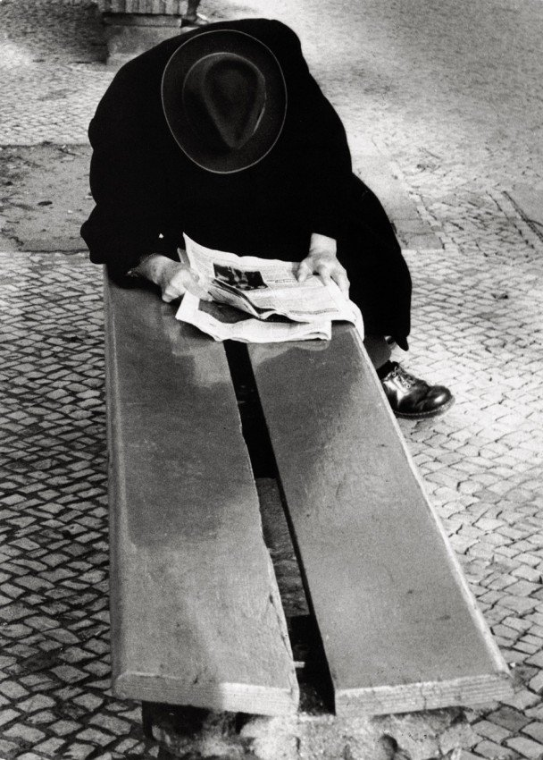 4387: Ullmann, Gerhard: Man reading on bench