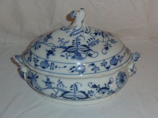 MEISSEN BLUE ONION & WHITE PORCELAIN SERVING DISH