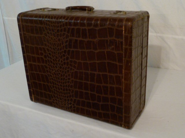 VINTAGE ALLIGATOR SUITCASE ORIGINAL INTERIOR - 3
