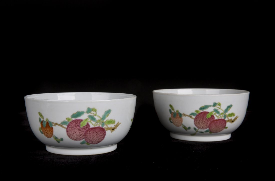 A PAIR OF FAMILLE-ROSE BOWLS