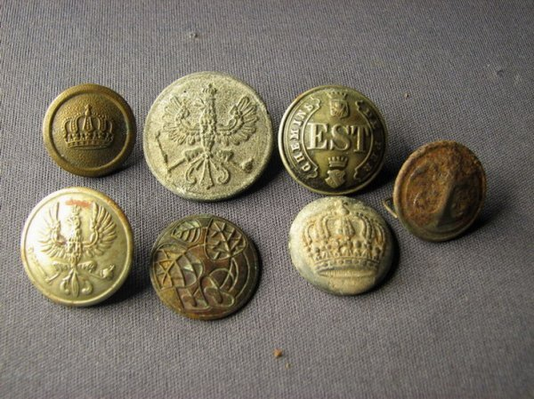 4136: MILITARY BUTTON LOT