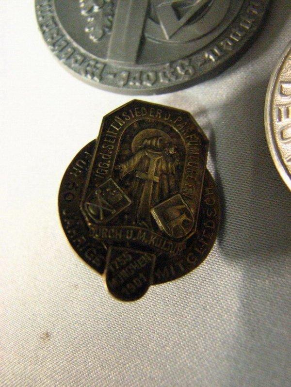 1013: WWII GERMAN PINS TINNIES - 3