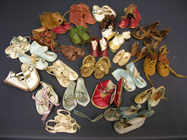 1550: LOT OF 26 PAIR OF DOLL SHOES