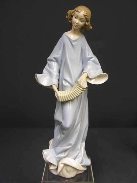 23: LLADRO GIRL WITH SQUEEZEBOX