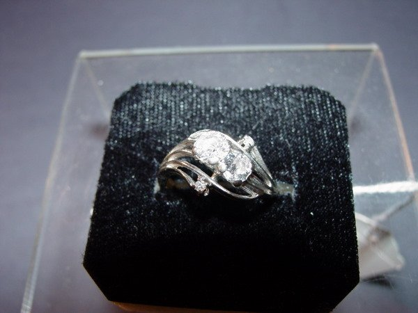 423: 14k WHITE GOLD RING WITH DIAMONDS