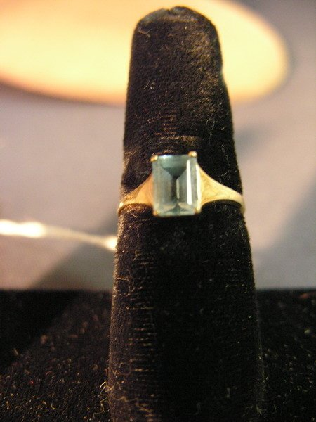 425: 18k RING WITH BLUE STONE  Size 6,  1.6g