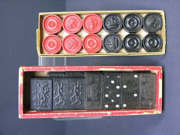 318: SET OF ANTIQUE CHECKERS AND DOMINOES