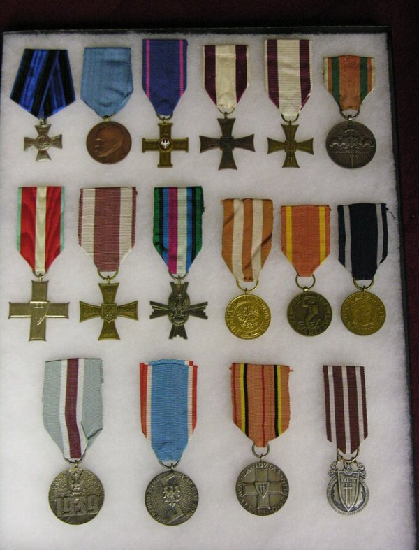 23: 16 WWI AND WWII POLAND MEDALS AWARDS