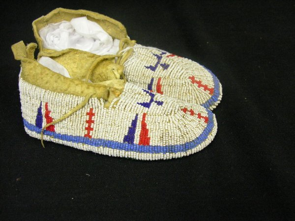 663: NATIVE AMERICAN CHILDS BEADED MOCCASINS