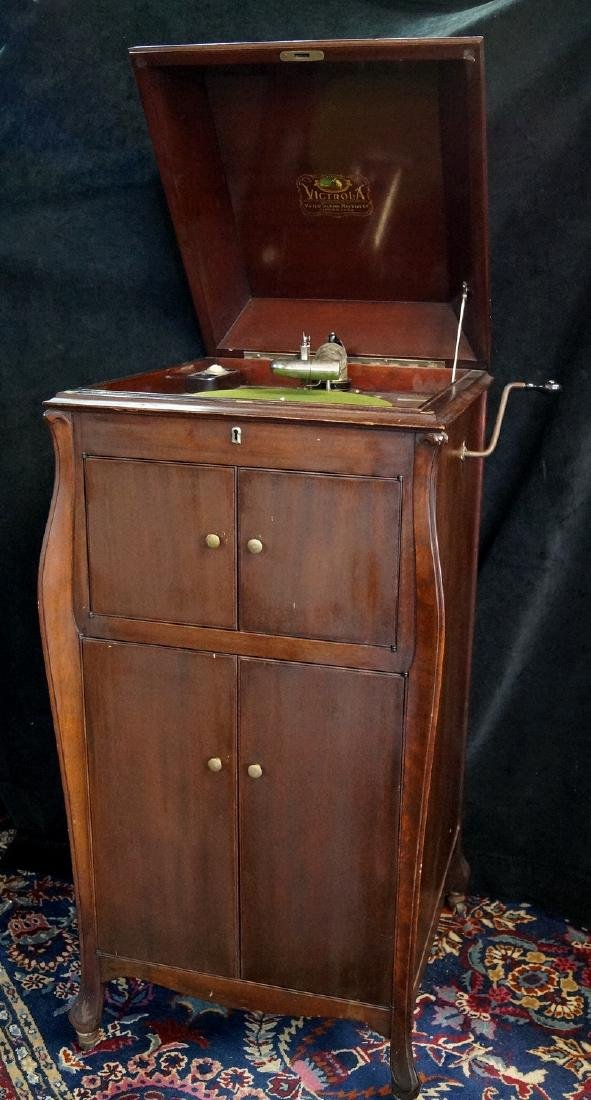 VICTOR VICTROLA WITH RECORDS