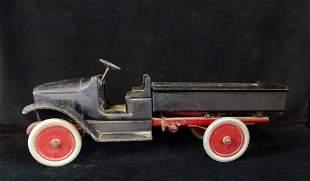 C. 1920 BUDDY L PRESSED STEEL HYDRAULIC DUMP TRUCK