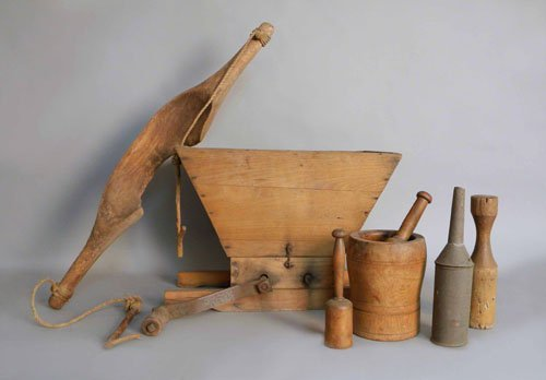 19: Group of woodenware to include mortar & pestle, g