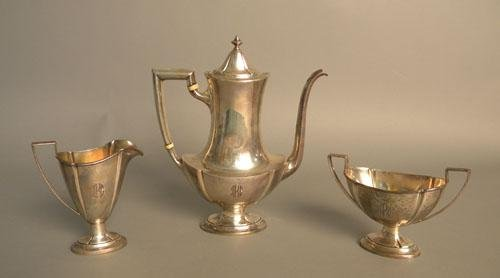 660: Three piece sterling silver tea service, 17.9 ozt