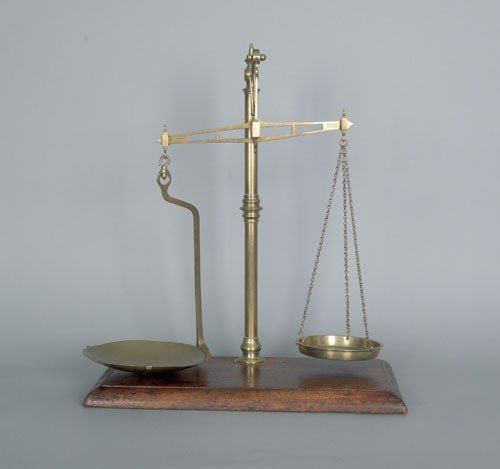 23: English brass balance scale, 19th c., with knop