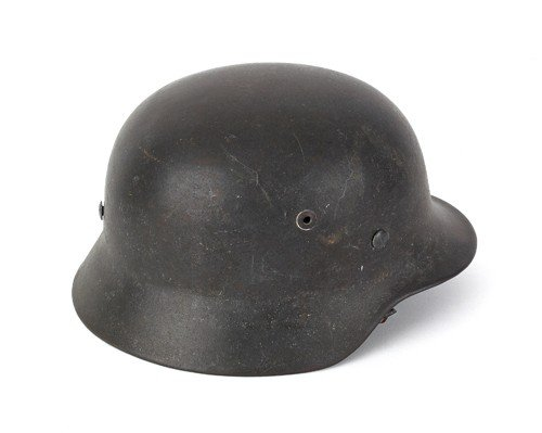 527: German WWII M35 helmet, lined chinstrap with a bl