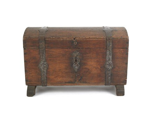25: Continental oak dome lid lock box, 18th c., with