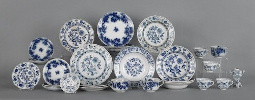 795: Meissen onion pattern porcelain, together with fl