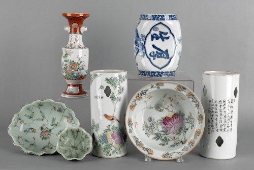 250: Seven pieces of miscellaneous export porcelain.
