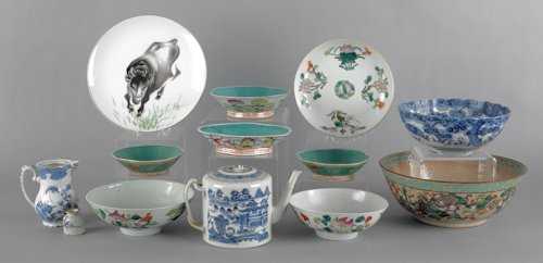 689: Group of Chinese porcelain, to include a large cr