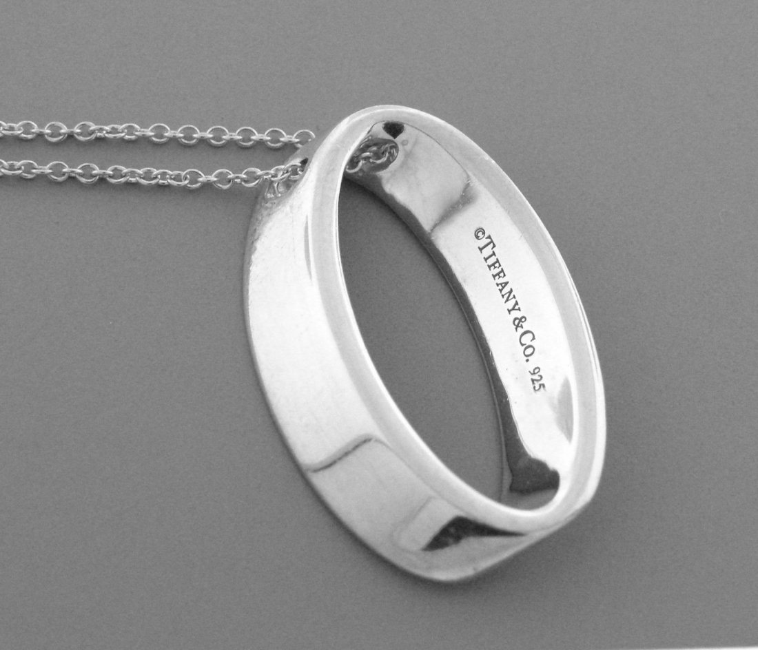 TIFFANY & Co. STERLING SILVER OVAL MODERN PENDANT CHAIN