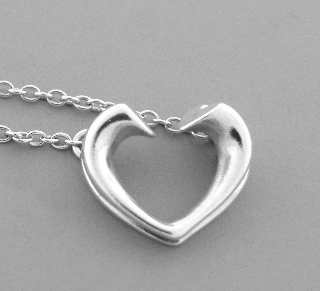 TIFFANY & Co. STERLING SILVER TENDERNESS HEART NECKLACE