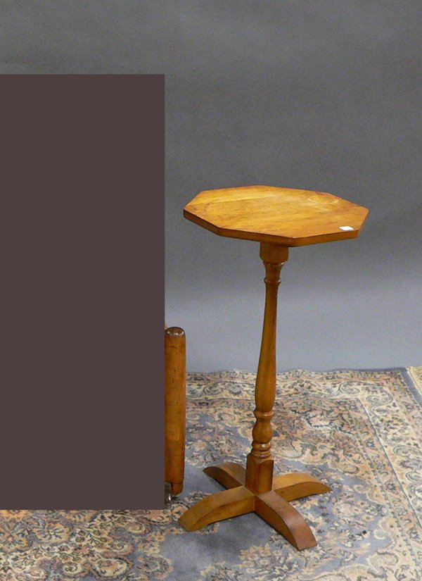 1027: MAPLE COLONIAL STYLE CANDLE STAND.