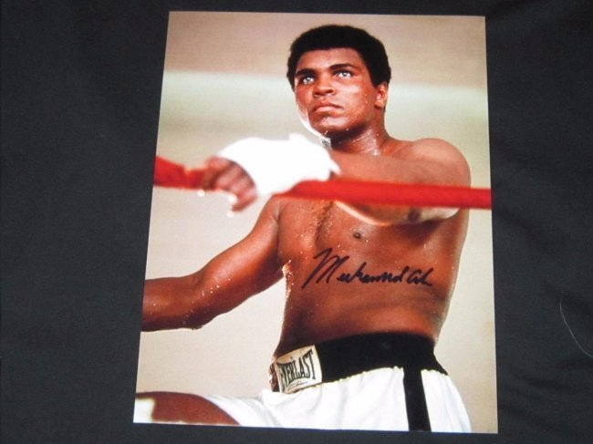 RARE MUHAMMED ALI AUTHENTIC SIGNED 8 X 10 PHOTOGRAPH