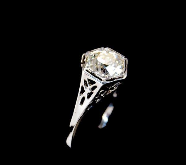 2005: Art Deco diamond ring