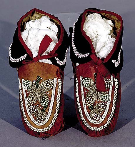414: Native American moccasins, possibly Iroquois early