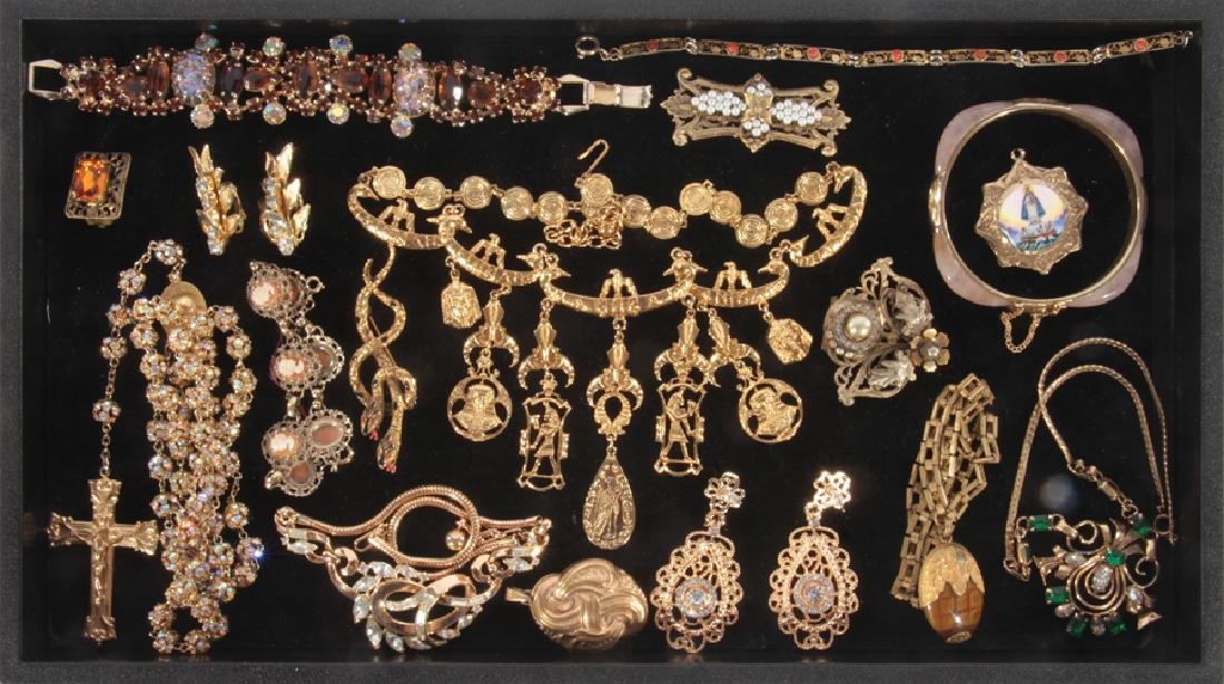 18 COSTUME JEWELRY ITEMS WITH SET STONES C.1940