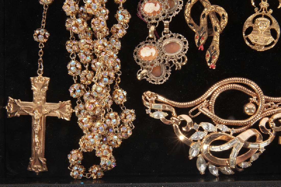 18 COSTUME JEWELRY ITEMS WITH SET STONES C.1940 - 3