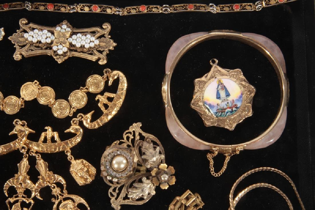 18 COSTUME JEWELRY ITEMS WITH SET STONES C.1940 - 6