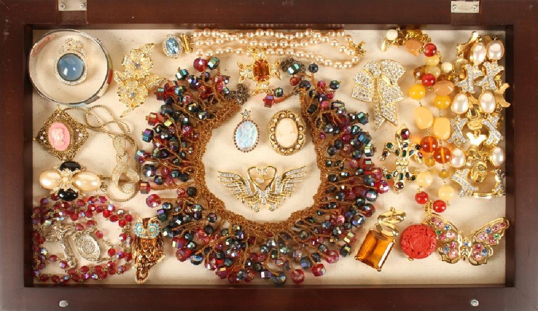 SHADOWBOX OF 20 VINTAGE COSTUME JEWELRY PIECES