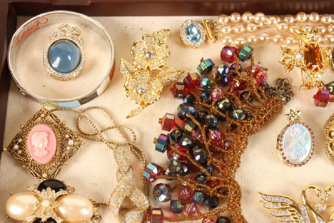 SHADOWBOX OF 20 VINTAGE COSTUME JEWELRY PIECES - 2