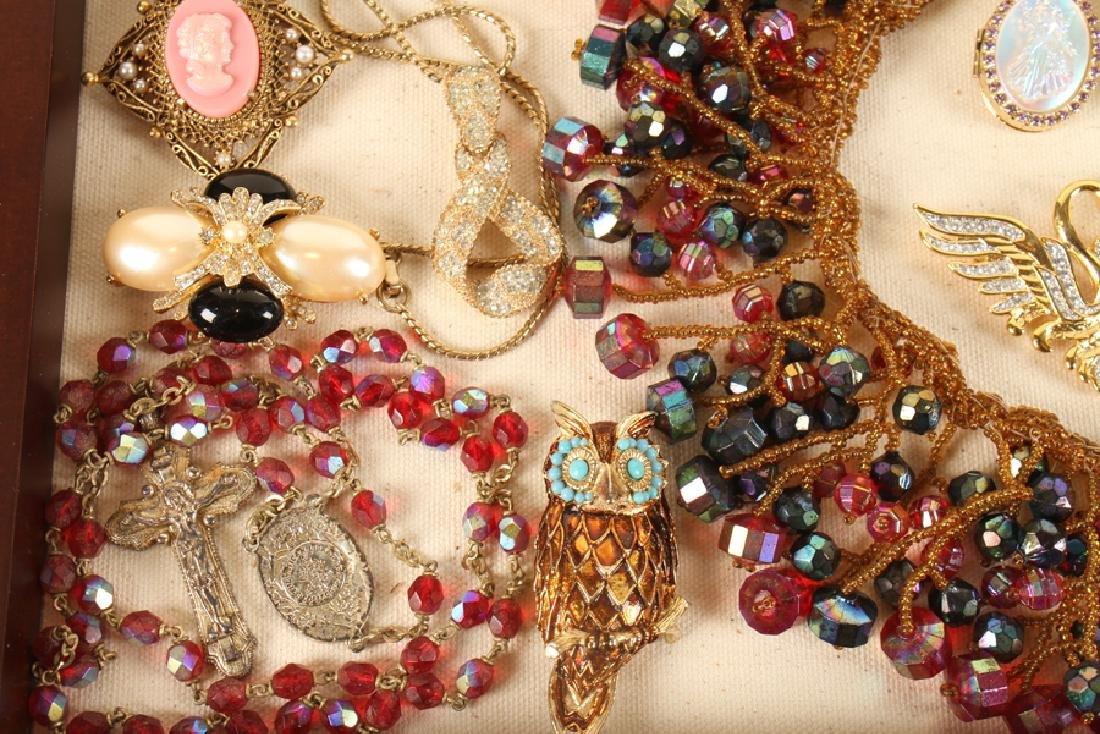 SHADOWBOX OF 20 VINTAGE COSTUME JEWELRY PIECES - 3