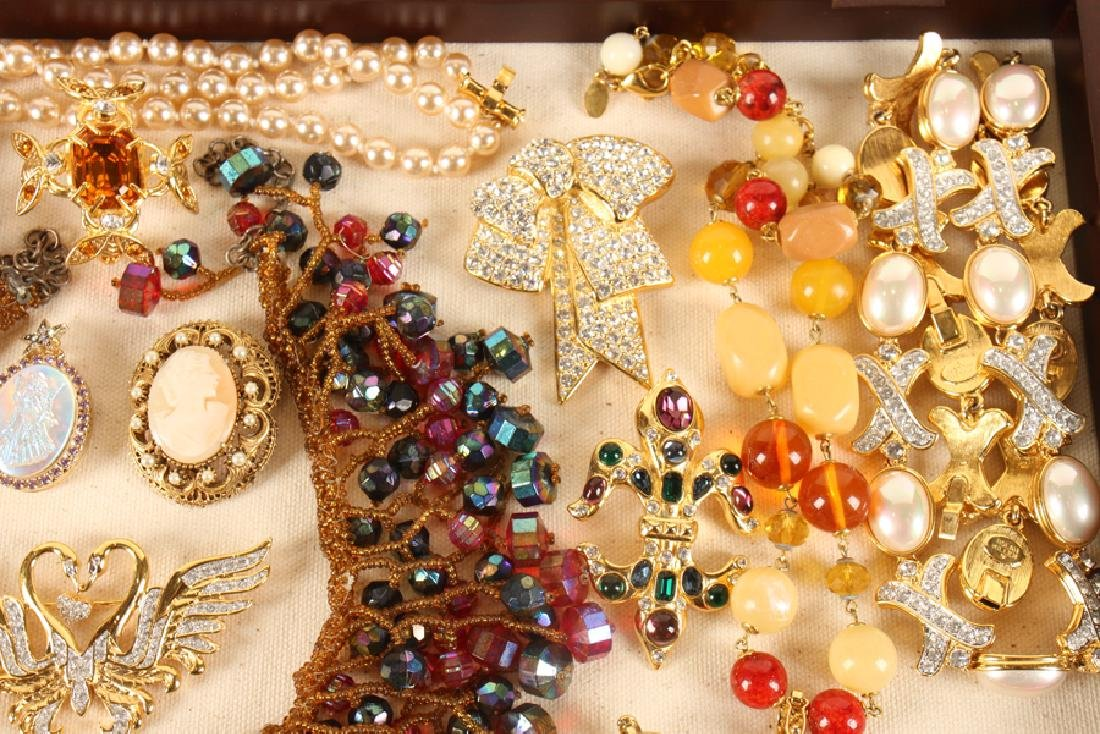 SHADOWBOX OF 20 VINTAGE COSTUME JEWELRY PIECES - 4