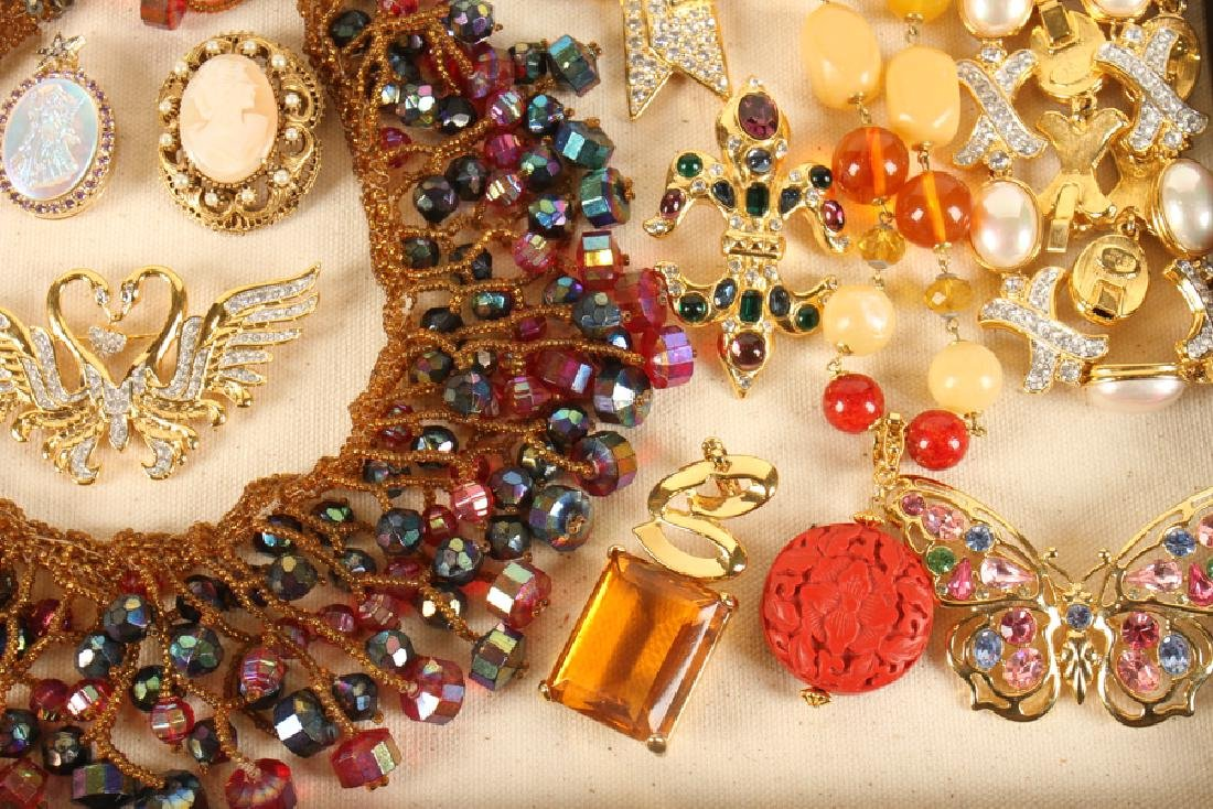 SHADOWBOX OF 20 VINTAGE COSTUME JEWELRY PIECES - 5
