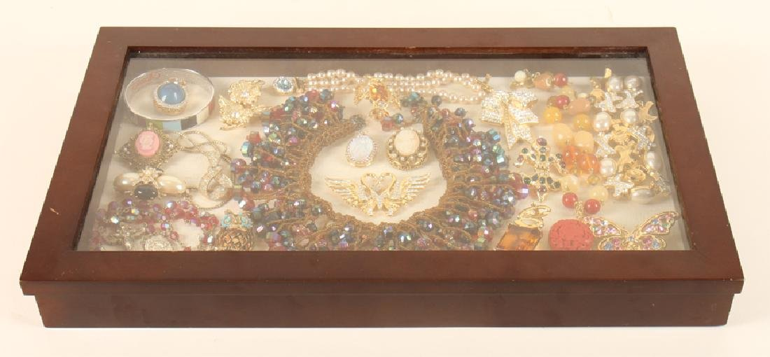 SHADOWBOX OF 20 VINTAGE COSTUME JEWELRY PIECES - 6