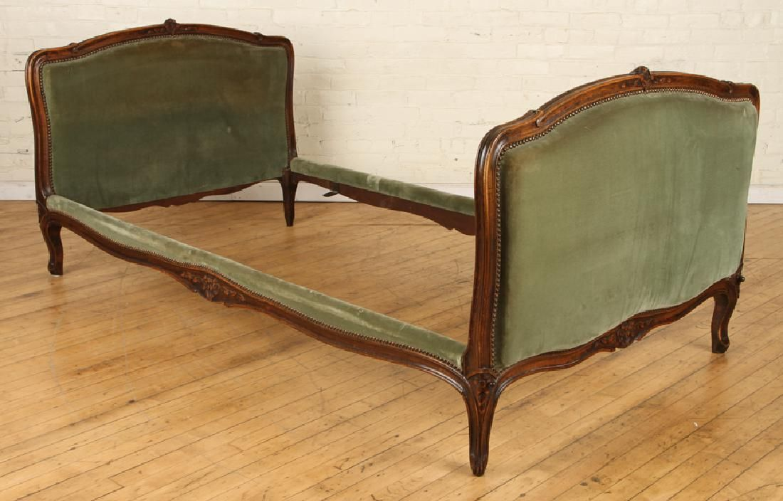 19TH CENT. FRENCH WALNUT LOUIS XV STYLE DAY BED