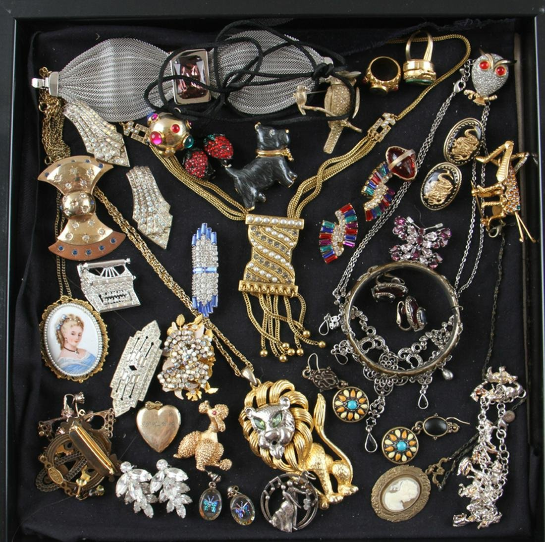35 PIECE COLLECTION OF COSTUME JEWELRY IN CASE