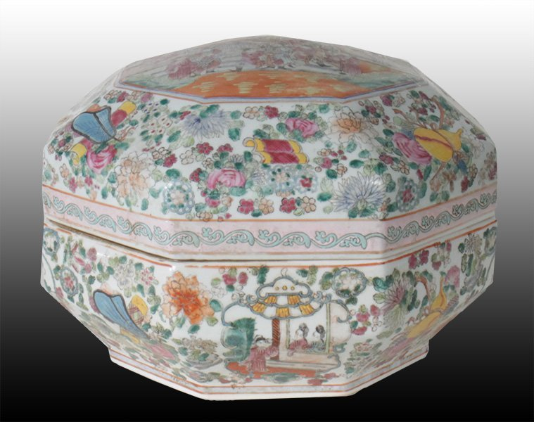 UNUSUAL OCTAGON FORM FAMILLE ROSE CHINESE BOX