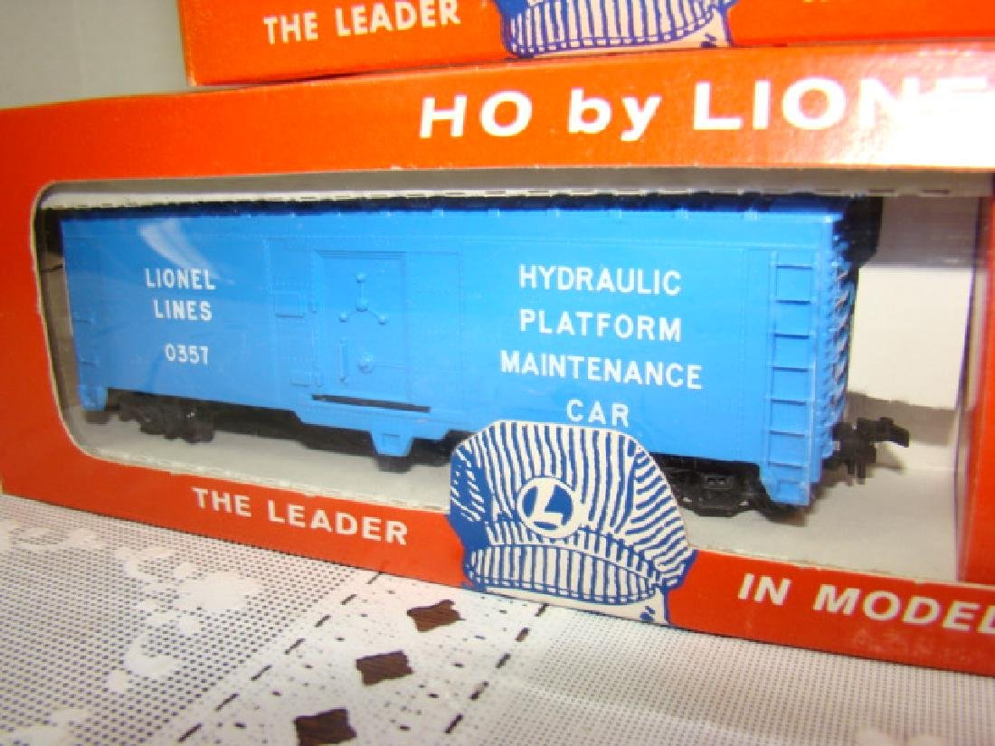 LIONEL HO SCALE COP & HOBO CAR & ILLUMINATED CABOO - 3
