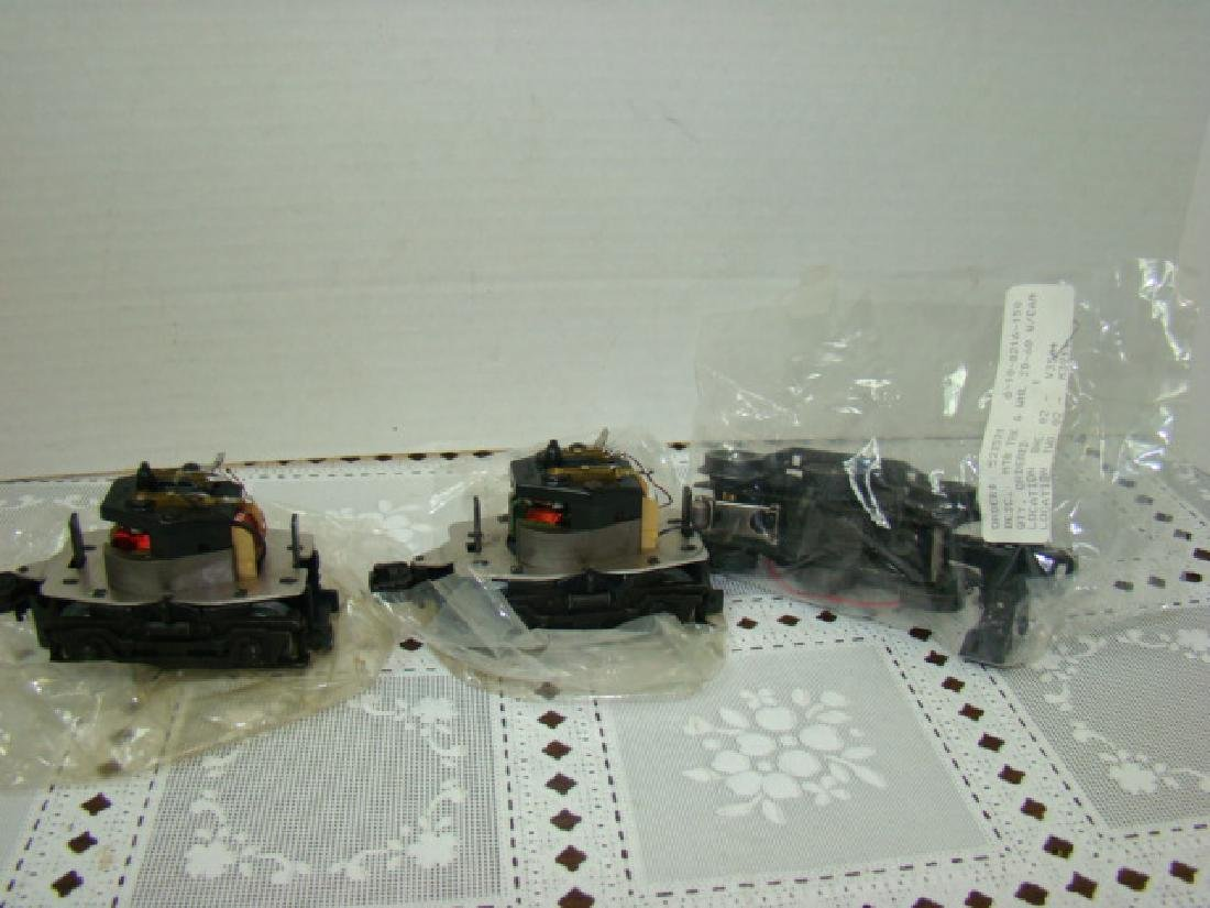 3 LIONEL 8250-125 MOTOR AND TRUCKS AND LIONEL MOTO