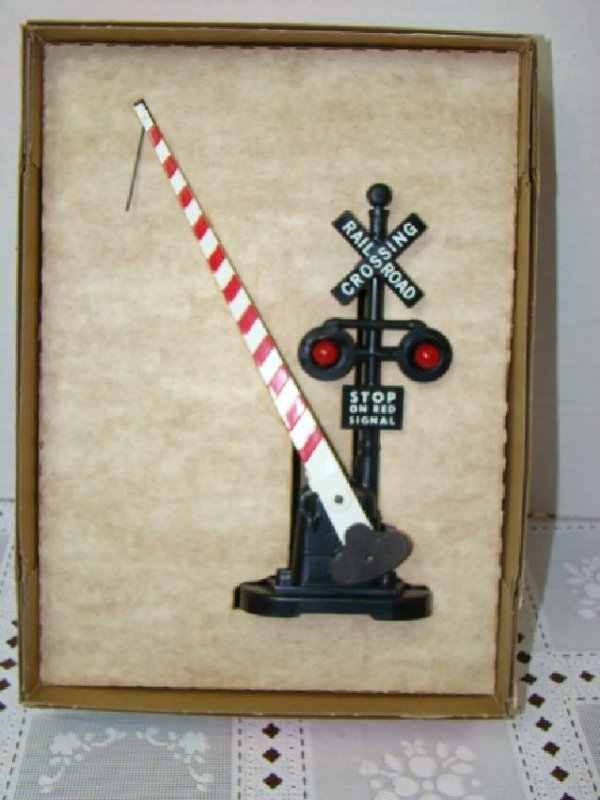 LIONEL AUTOMATIC CROSSING GATE AND SIGNAL - NIB