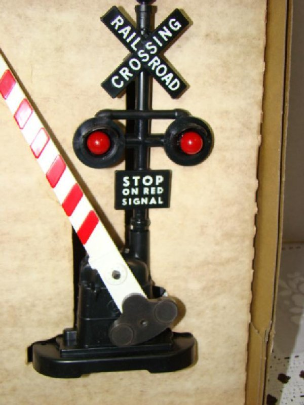 LIONEL AUTOMATIC CROSSING GATE AND SIGNAL - NIB - 2