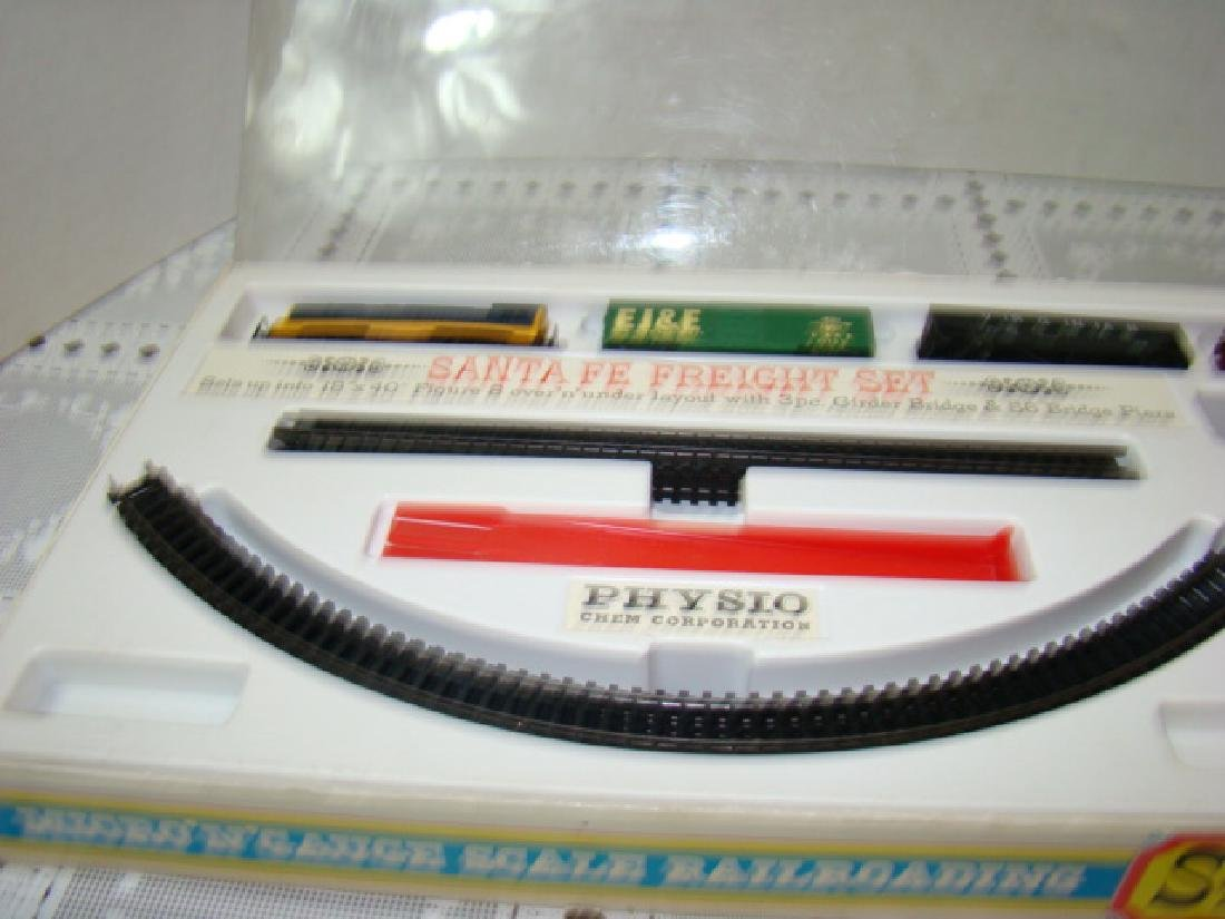 N-SCALE PHYSIO CHEM CORPORATION TRAIN SET - 6