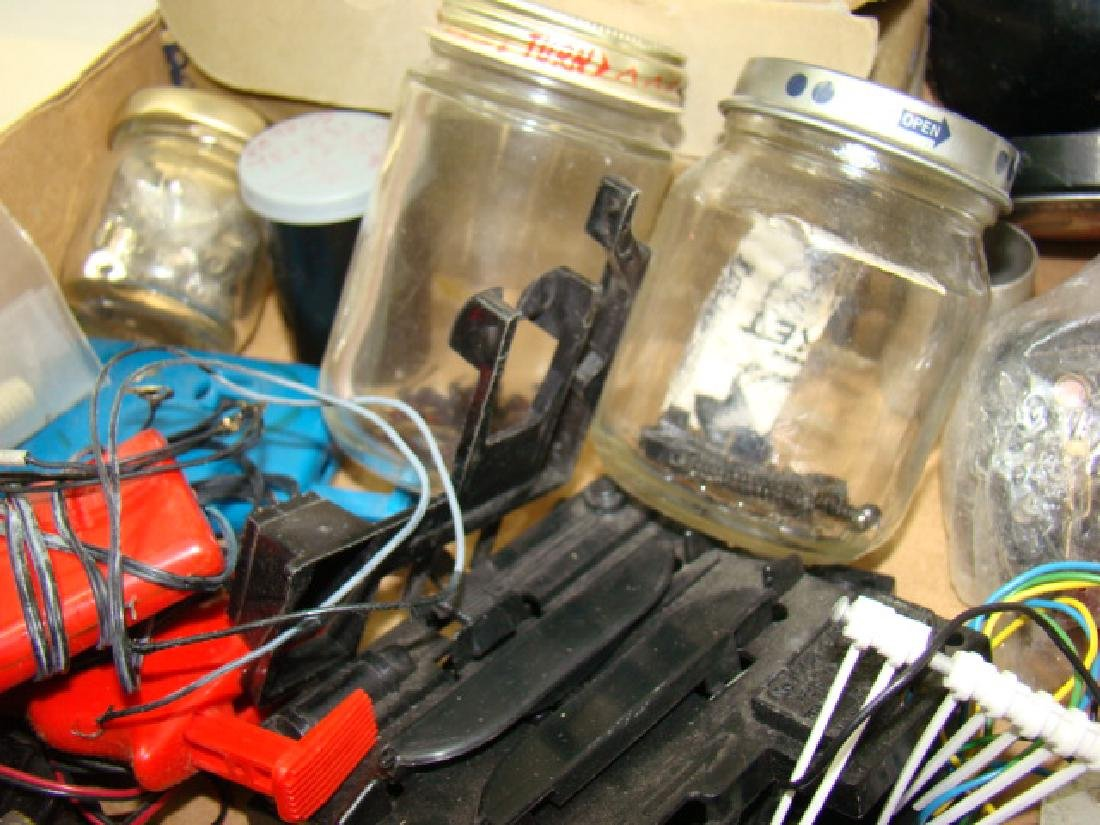 LARGE LIONEL PARTS LOT-VARIETY OF PARTS & HARDWARE - 4