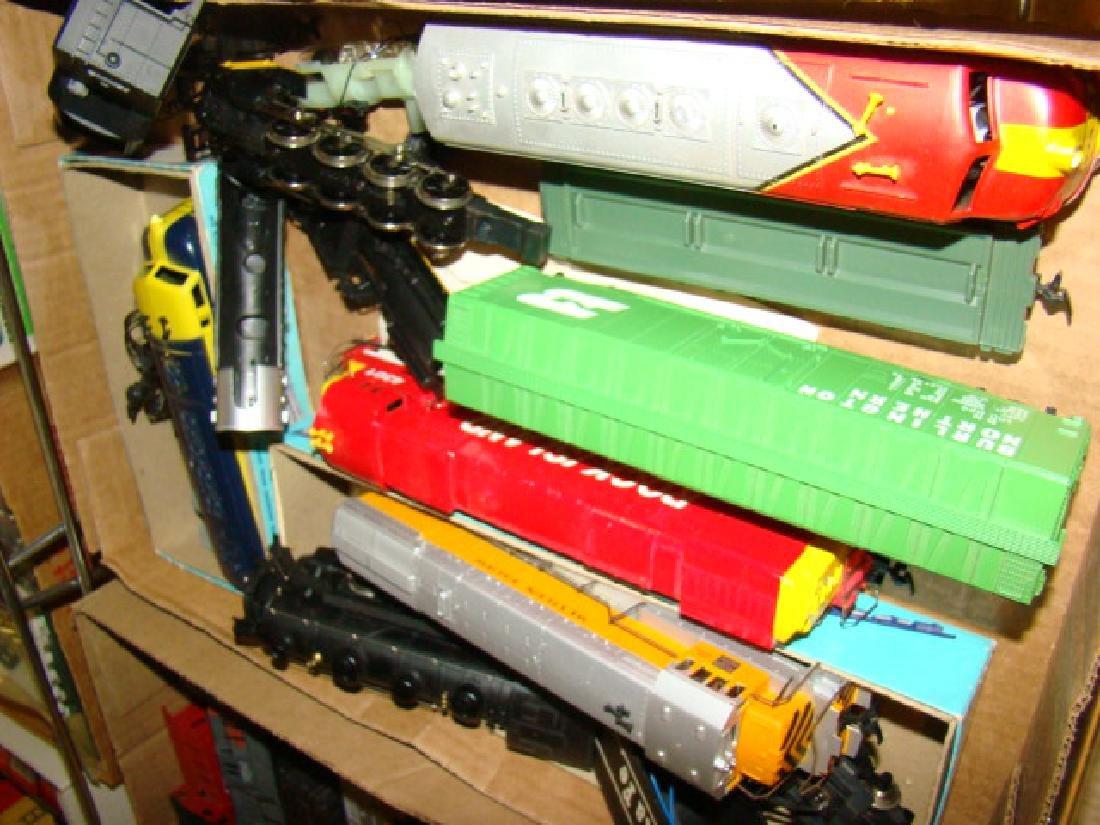 LARGE LIONEL HO TRAIN LOT-NUMEROUS TRAINS - 2