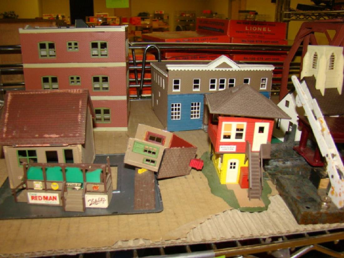 LARGE LOT OF TRAIN VILLAGE HOUSES AND MORE - 3