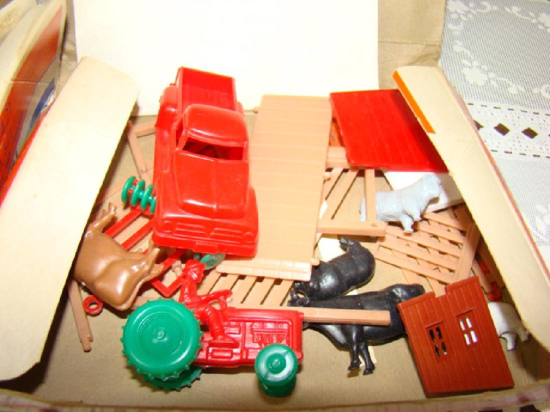 LIONEL ACCESSORIES FROM FARM & RANCH SETS - 4